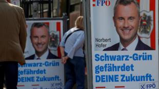 Des personnes passent devant les affiches de campagne électorale du président du Parti de la liberté (FPÖ), Norbert Hofer, le 23 septembre 2019 à Vienne.
