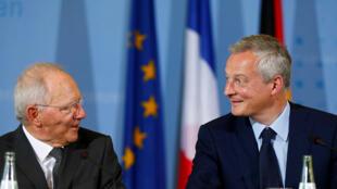 Вольфганг Шойбле (слева) и Брюно Ле Мэр на пресс-конференции в Берлине, 22 мая 2017.