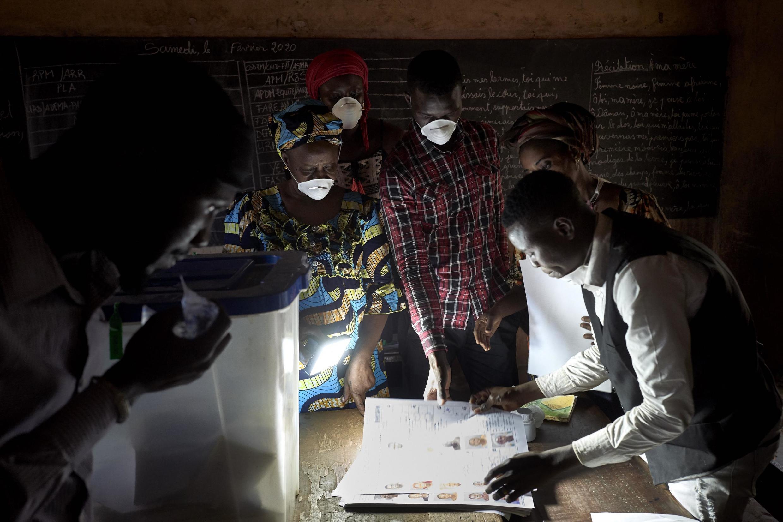 Décompte de voix dans un bureau de vote à Bamako après le premier tour des élections législatives. Le 29 mars 2020.
