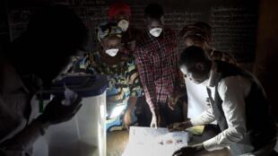 Décompte de voix dans un bureau de vote à Bamako après le premier tour des élections législatives. Le 29 mars 2020 (Photo d'illustration).