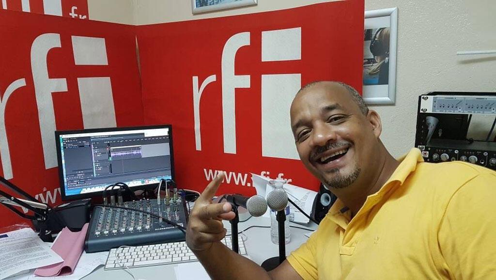 L'humoriste Kako au studio de Koze Kilti à Port-au-Prince.