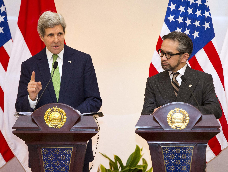 Ngoại trưởng Mỹ John Kerry (T) trong cuộc họp báo chung với đồng nhiệm Indonesia  Marty Natalegawa tại Jakarta, ngày 17/02/ 2014.
