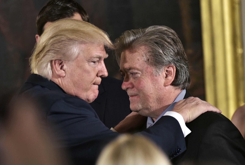 En esta foto del 22 de enero de 2017 el presidente de Estados Unidos, Donald Trump (i), felicita al su principal consejero, Stephen Bannon, durante la toma de posesión de altos cargos en el Salón Este de la Casa Blanca