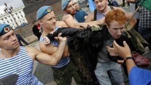 Ex paracaidistas rusos agreden al defensor de los derechos de los gays, Kirill Kalugin, en San Petersburgo, el 2 de agosto de 2013.