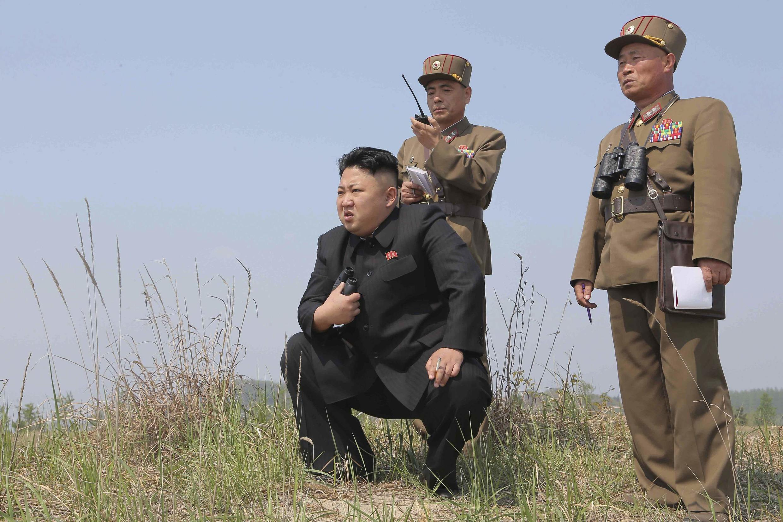 Líder norte-coreano Kim Jong-Un observa exercícios militares realizados em março.