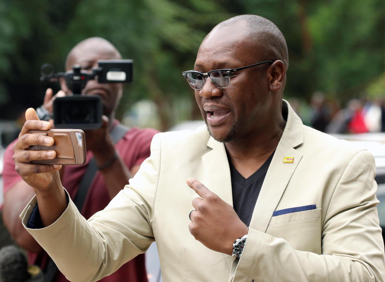 Mchungaji Evan Mawarire akirikodi ujumbe wa video baada ya kuripoti mahakamani Februari 17, 2017 mjini Harare.