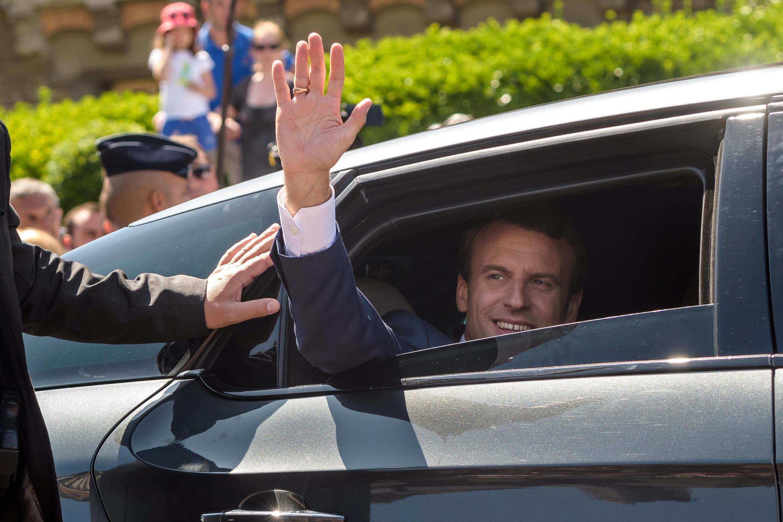 Эмманюэль Макрон приветсвует своих сторонников после голосования