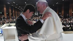 Le pape François lors d'une rencontre avec les victimes du tsunami et de la catastrophe nucléaire de Fukushima, le 25 novembre à Tokyo.