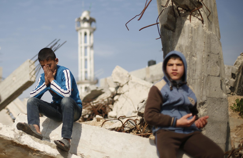 Dos niños palestinos entre las ruinas de su barrio de Shejaia, al este de la franja de Gaza.