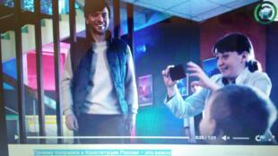 Sur la vidéo, l'histoire qui se passe en 2035 met en scène un orphelin en passe d'être adopté par une nouvelle famille composée d'un couple homosexuel (capture d'écran).
