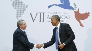 Marais wa Cuba na Marekani, Raul Castro na Barack Obama wakipeana mkona, ikiwa ni ishara ya kihistoria, wakati wa mkutano wa kilele wa nchi za Amerika, Jumamosi Aprili 11 mwaka 2015.