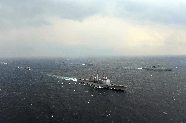 Navios militares dos EUA durante manobra.