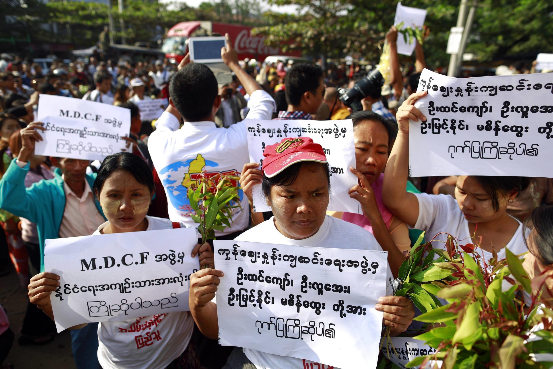 Des familles de prisonniers attendent la libération de leurs proches devant la prison Insein, à Rangoon. Photo datée du 31 décembre 2013.