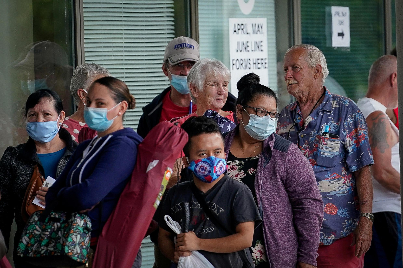 Des Américains font la queue devant un centre pour la recherche d'emploi à Francfort, dans le Kentucky, le 18 juin 2020.