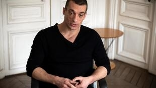 L'artiste russe Piotr Pavlensky s'exprime lors d'un entretien avec l'AFP dans le cabinet de son avocat à Paris le 14 février 2020.