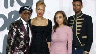 Đạo diễn người Mỹ Spike Lee, cùng vợ Tonya Lewis, hai con Satchel và Jackson tại Đêm từ thiện nhân Liên Hoan Phim Cannes, ngày 13/05/2018.