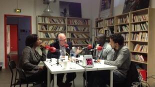 De gauche à droite Darline Cothière, la directrice de la Maison des journalistes, Pierre-Edouard Deldique, , Makaila Nguebla, journaliste tchadien, et Hicham Mansouri, journaliste marocain, à la Maison des journalistes.