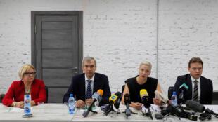 """Maxime Znak, a direita na foto, faz parte do """"conselho"""", formado por opositores para promover a transição de poder e negociar a saída do presidente de Belarus, Alexander Lukashenko."""