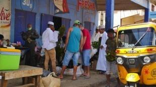 Midi. Dans les rues de Diego-Suarez, les consommateurs se ruent sur les vendeurs de khat, fraîchement livrés.