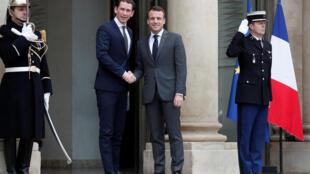 O Presidente Emmanuel Macron dá as boas-vindas ao Chanceler  austríaco Sebastian Kurz a  entrada  do Palácio  do Eliseu .Paris 12 de Janeiro  de 2018.
