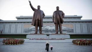 图为朝鲜平壤金日成与金正日巨型塑像