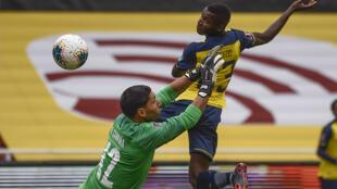 El delantero ecuatoriano Moisés Caicedo (D) convierte un gol sobre Uruguay, en partido del torneo clasificatorio al Mundial-2022, el 13 de octubre de 2020 en Quito