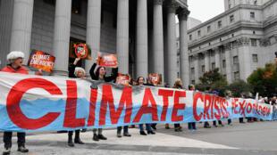 Manifestantes afuera de la Corte de Nueva York en octubre de 2019, en el inicio del juicio de Exxon Mobil