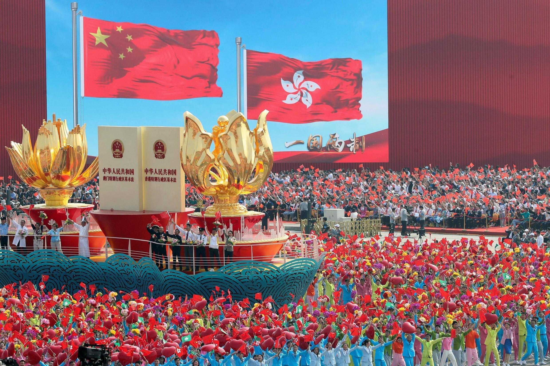 """2019年10月1日北京天安門廣場上國慶遊行活動中代表""""一國兩制""""的綵船。"""
