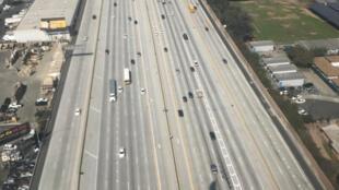 一架接近洛杉磯國際機場的噴氣客機的陰影投射在洛杉磯405號州際公路上.