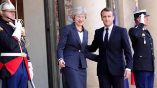 Le président français Emmanuel Macron accueille à l'Elysée la Première ministre britannique Theresa May, le 9 avril 2019.