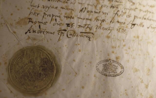 Detalle de la última carta de la reina francesa María Estuardo al papa  Sixto  V en la exposición « Lux in Arcana » en Roma.