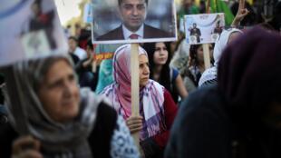 Samedi 5 novembre, des manifestations de soutien aux responsables politiques du HDP arrêtés en Turquie ont eu lieu un peu partout en Europe comme ici en Grèce, à Athènes où cette femme brandit un portrait de Selahattin Demirtas, co-président du HDP.