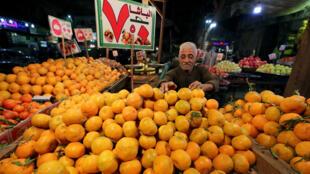 Un marchant d'oranges égyptien sur le marché du Caire en Egypte.