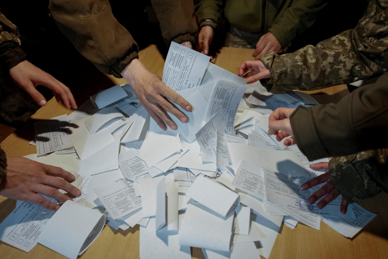 Подведение итогов голосования в воинской части недалеко от линии фронта. 21.04.2019