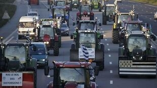 Hundreds of tractors heading towards Paris, 3 September 2015.