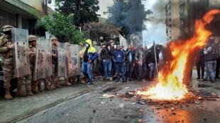 Des violences près de la maison d'un politicien libanais, lors d'une manifestation contre le confinement strict et l'aggravation des conditions économiques, à Tripoli, le 28 janvier 2021.