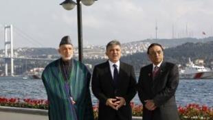 Em Istambul, os presidentes Hamid Karzai,do Afeganistão (à esq.), Abdullah Gul, da Turquia (centro) e Asif Ali Zardari, do Paquistão (à dir.).