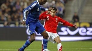 Patrick Vieira en bleu.