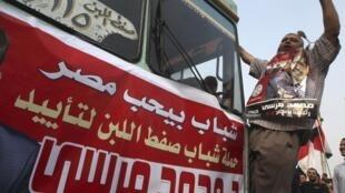 Des supporters de Mohamed Morsi célébrent leur victoire le 18 juin place Tahrir, alors que les résultats officiels ne seront publiés que le 21 juin.