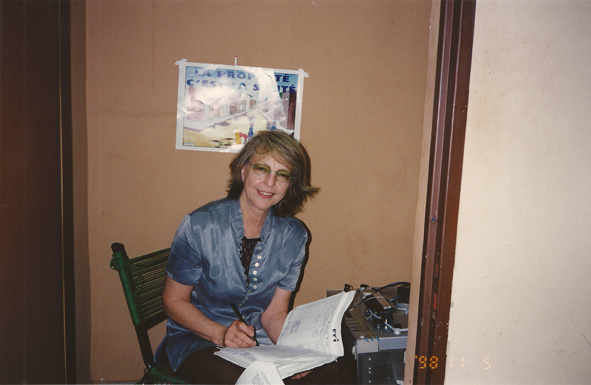 Colette Berthoud présente l'émission Priorité Santé dans un studio de l'Office de Radiodiffusion Télévision du Mali (ORTM), en 1996.