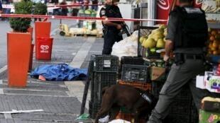 La police vient de recouvrir le corps d'un Palestinien tué après qu'il eut poignardé deux Israéliens à Jérusalem, le 10 octobre 2015.