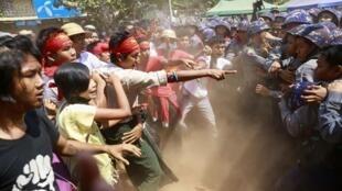 Polícia e estudantes entram em confronto em Letpadan, no centro de Mianmar