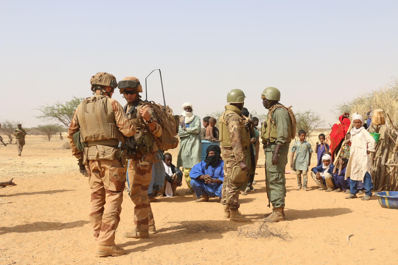 Des militaires maliens en opération dans la zone des trois frontières, où est actif l'EIGS, avec les soldats français de Barkhane, lors d'un contrôle de village en décembre 2019. (Image d'illustration)