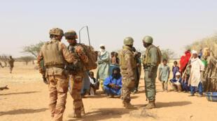 Des militaires maliens en opération dans la zone des trois frontières avec les soldats français de Barkhane, lors d'un contrôle de village en décembre 2019. (Illustration)