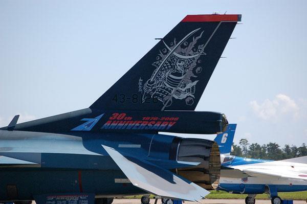 Base aérienne de Matsushima. Lors des grandes occasions, les aviateurs japonais peignent des samuraï sur les ailes de leurs avions en fonction des unités : oiseaux de proie, étoiles...