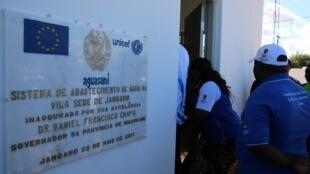 Lápide da inauguração de um sistema de abastecimento de água em Jangamo em Inhambane, no sul do país.