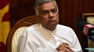 Thủ tướng Sri Lanka  Ranil Wickremesinghe trả lời báo chí sau khi bất ngờ bị phế truất, Colombo, 29/10/2018.