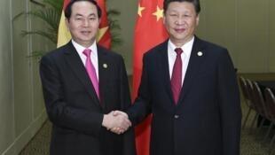 Chủ tịch Việt Nam Trần Đại Quang (trái) và chủ tịch TQ Tập Cận Bình bên lề thượng đỉnh APC -Lima. Ảnh ngày 19/11/2016.
