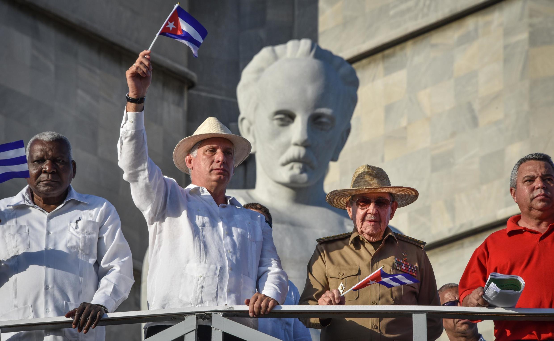 Hai lãnh đạo tối cao Cuba: Chủ tịch nước Miguel Diaz-Canel (t) và bí thư thứ nhất đảng Cộng Sản Raul Castro, tại La Habana ngày 01/05/2019.