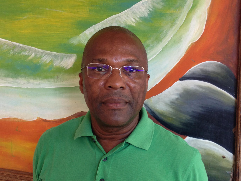 """Martinho Stok, presidente e candidato do partido """"Força do povo"""" nas legislativas são-tomenses do 7 de Outubro."""